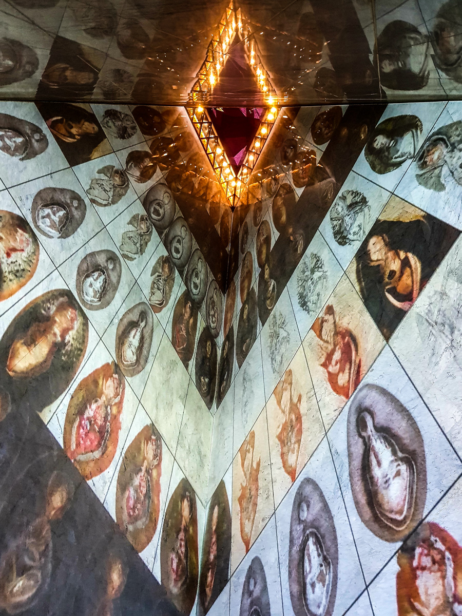 """Vue de l'installation """"Deep Meditations"""" de Memo Akten."""