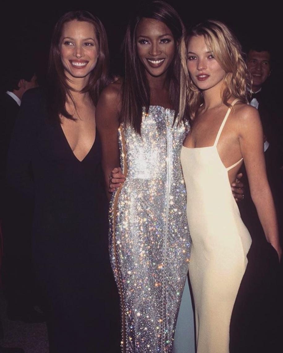 Naomi Campbell en Versace et Kate Moss en Calvin Klein lors du 47e Met Gala(1995).