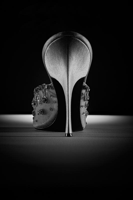 Mule en tulle brodé à haut talon Louis XV très fin recouvert de satin, automne-hiver 1958.Christian Dior par Roger Vivier. Collection musée Yves Saint Laurent, Paris. © Gérard Uféras