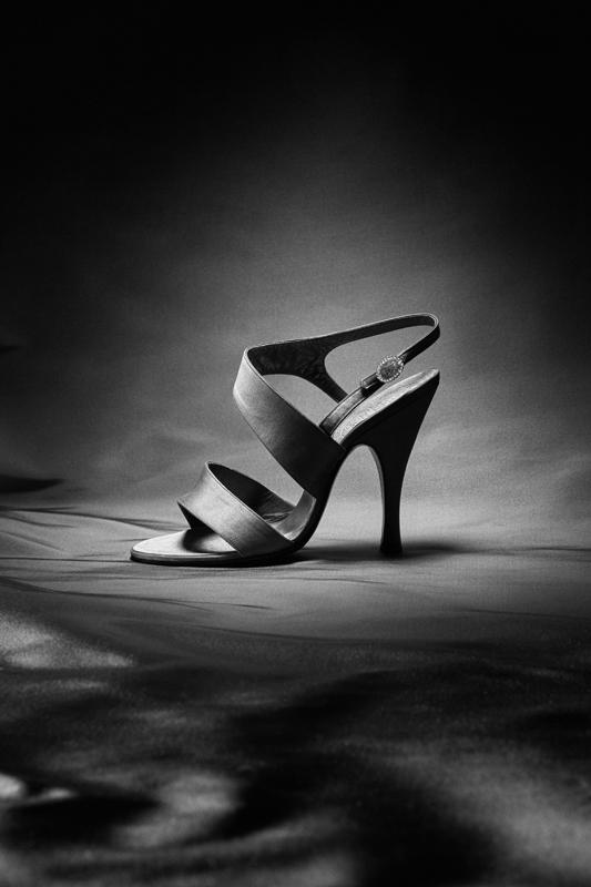Sandale en satin à haut talon Louis XV, automne-hiver 1953. Christian Dior par Roger Vivier. Collection Museo della Calzatura di Villa Foscarini Rossi. © Gérard Uféras