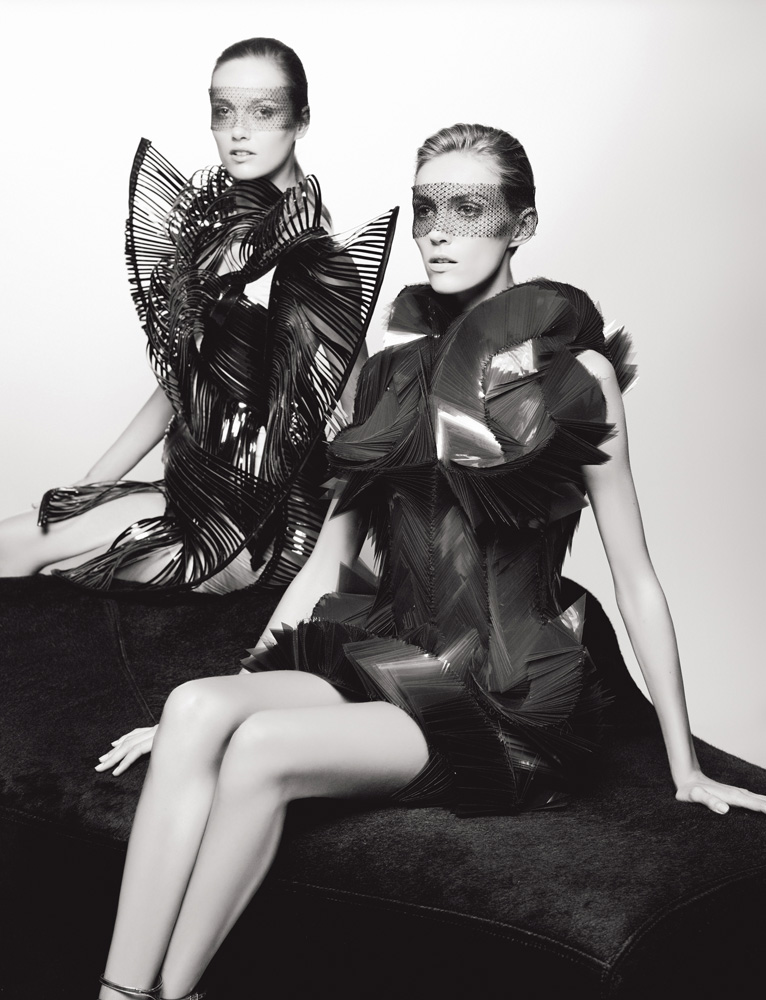 Numéro #126 Septembre 2011. Mannequins : Karmen Pedaru et Anja Rubik en Iris Van Herpen. Make up : Peter Philips. Hair : Sam McKnight.