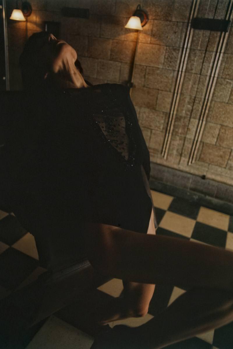 Body en crêpe georgette de soie et tulle rebrodés de sequins, GEORGES HOBEIKA. Chaussons, REPETTO.
