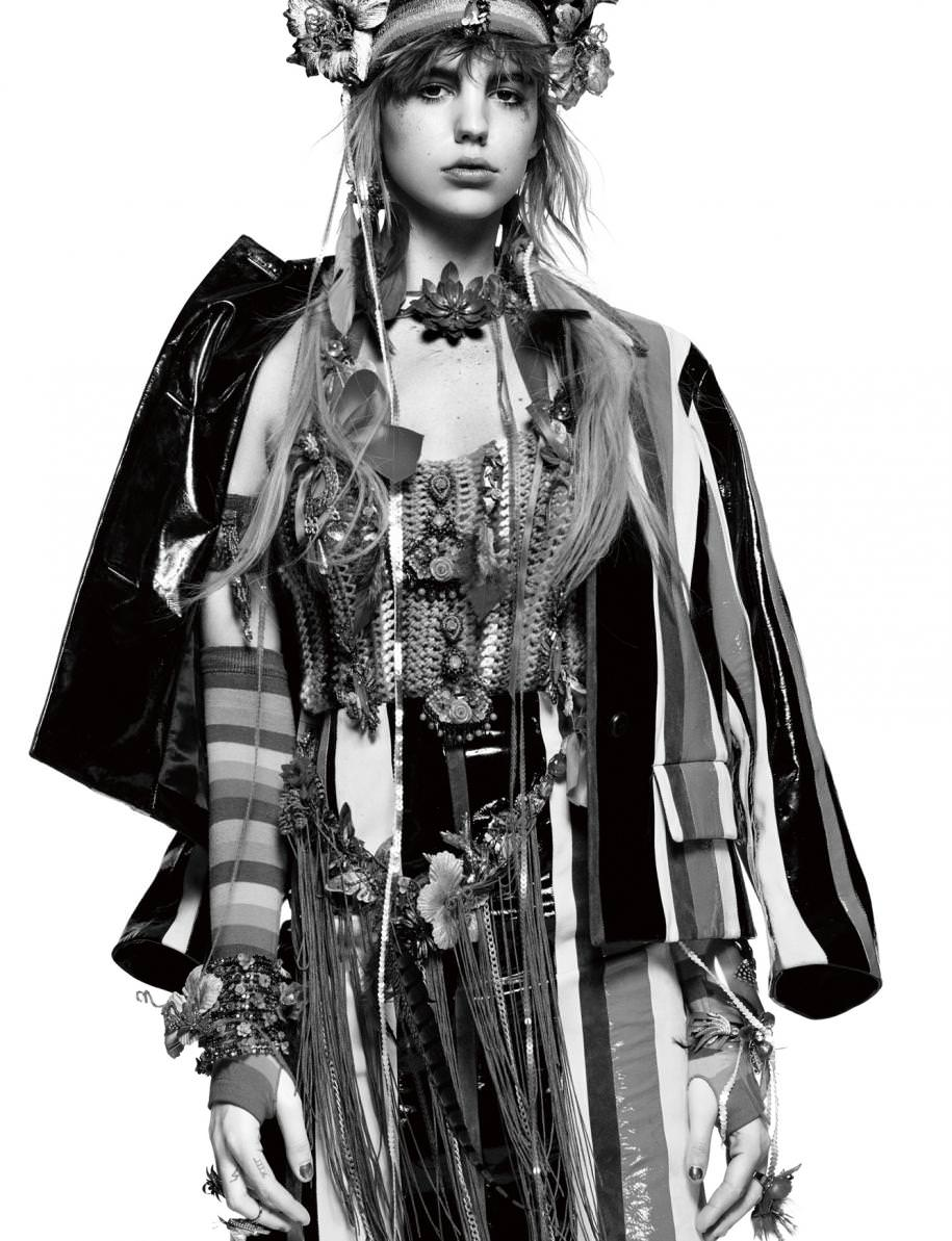 Jacket, PRADA. Robe en maille crochetée, HANA HOLQUIST. Mittens, AMAZON.COM. Hairband, belt and jewelry, ERICKSON BEAMON.