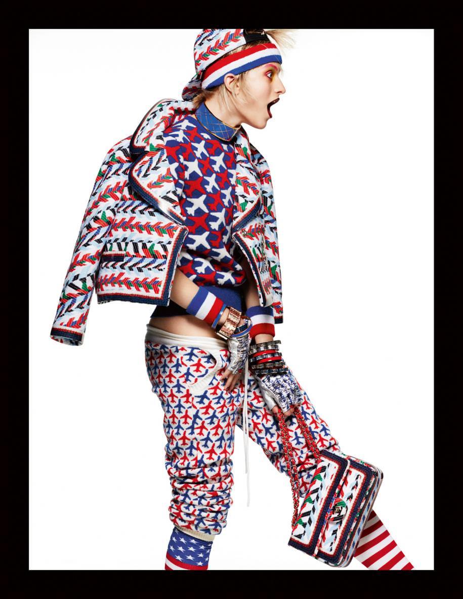 Veste en jacquard, sweat-shirt et pantalon en cachemire à motifs, sac, bracelets, casquette et mitaines, CHANEL. Bandeau, poignets et chaussettes, AMAZON.COM. Bracelets et collier émaillés, TULESTE.