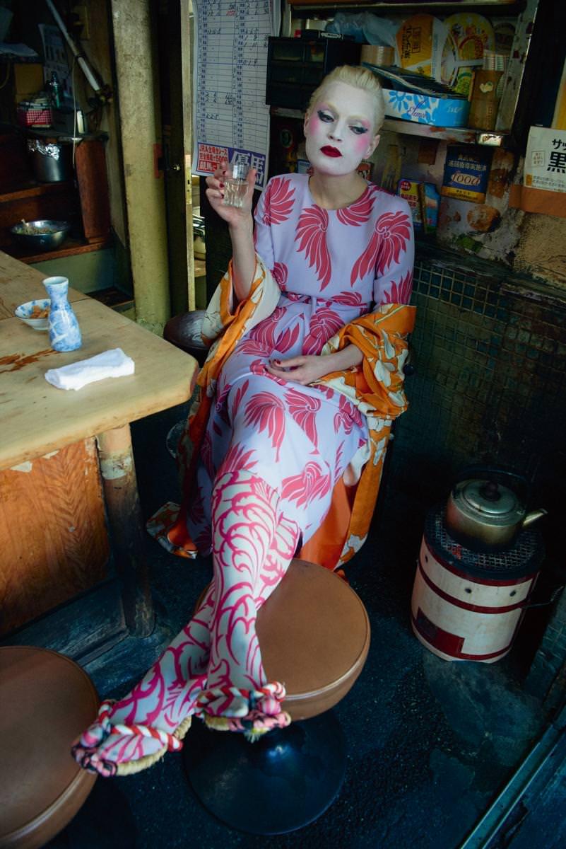 Haut et jupe en soie imprimée, et chaussettes, DRIES VAN NOTEN. Kimono et tongs vintage.