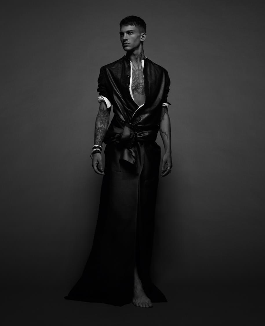 """Chemises sans col en cuir et voile de coton, EMPORIO ARMANI. Manteau en satin (noué à la taille), MAISON MARGIELA. Ceinture, HAIDER ACKERMANN. Bracelets, DINH VAN. Bagues, DARY'S.   Réalisation : Serge Girardi assisté de Clément Lomellini. Mannequins : Liuk Bass chez Premium Models. Adrien Lesueur chez Elite Model. Amaury Mouquet chez 16Men. Coiffure : Paolo Ferreira chez Calliste Agency. Maquillage : Lili Choi chez ArtList. Retouche : Camille Rist chez Janvier Lab. Numérique : Semmy Demmou chez Dope Paris. Production : Afif Baroudi chez Iconoclast Image.  Découvrez la série mode """"La geisha""""par Sofia Sanchez et Mauro Mongiello, avec Guinevere Van Seenus. Découvrez la série mode """"Cowboy Song"""" par Sofia Sanchez et Mauro Mongiello, avec Marjan Jonkman.  Découvrez plus de séries modedans leNuméro Hommeprintemps-été 2016, disponible actuellement en kiosque et sur iPad.  →Abonnez-vous au magazine Numéro →Abonnez-vous à l'application iPad Numéro"""