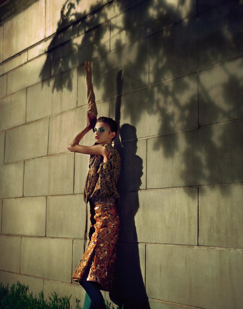 À gauche : robe à col montant en panne de velours Stretch, GOLDEN GOOSE DELUXE BRAND. Ceinture, MAISON BOINET. Bottes, MSGM. À droite : haut en crêpe imprimé fleurs et jupe brodée en guipure pailletée, BALENCIAGA. Collant, FALKE.