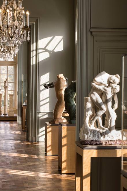 Après trois années de travaux, l'hôtel Biron qui abrite le célèbre musée Rodin rouvre ses portes. Le lieu connaît, en plus de cette rénovation, une refonte du parcours muséographique, désormais composé de 18 salles ainsi que d'un espace inédit dédié aux collections d'arts graphiques et de photos. L'occasion pour découvrir ou redécouvrir les œuvres du mythique sculpteur Auguste Rodin dans un tout nouveau cadre.  Musée Rodin,79, rue de Varenne,ParisVIIe. www.musee-rodin.fr