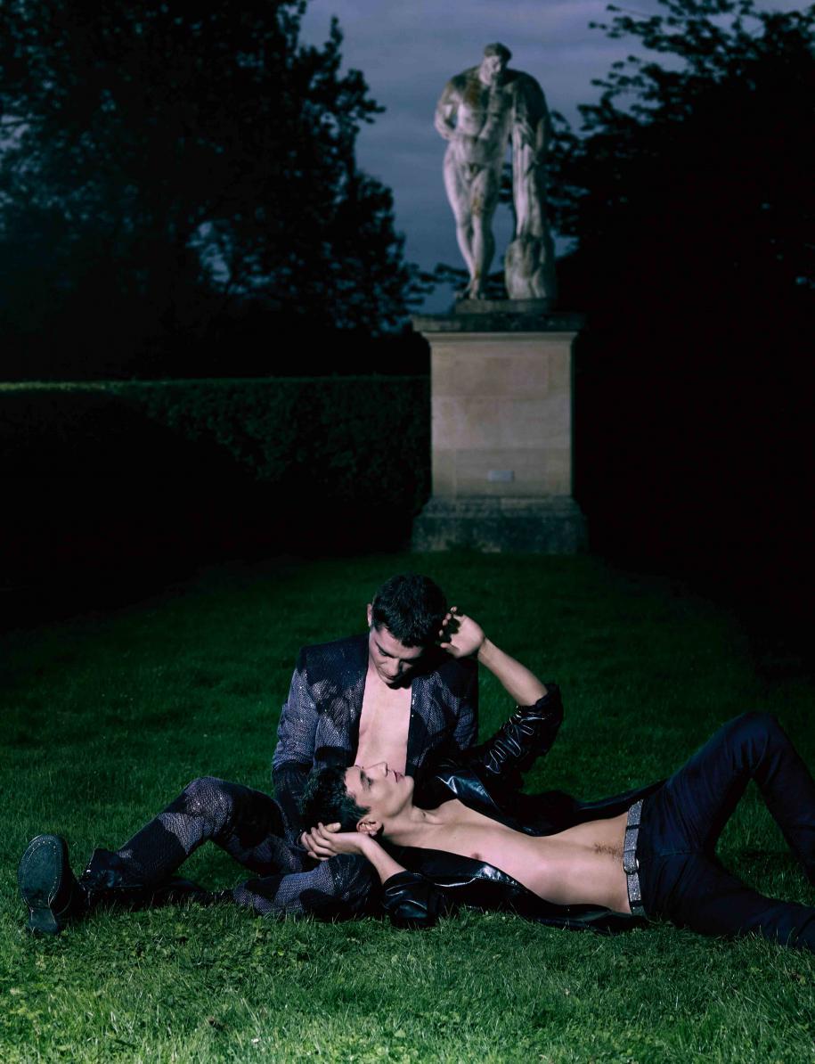 Lui, assis : costume en laine brodée de sequins à imprimé Dan Witz, Dior Homme. Boots, Doursoux. Lui, couché : veste en cuir, jean en denim et ceinture, Balenciaga.