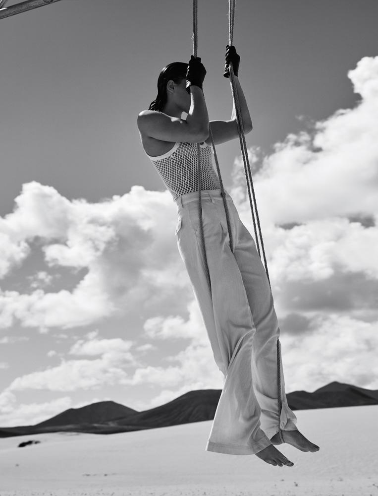 Pantalon en coton, ELISABETTA FRANCHI. Débardeur en résille de coton, MM6 – MAISON MARGIELA. Gants, SERMONETA GLOVES.
