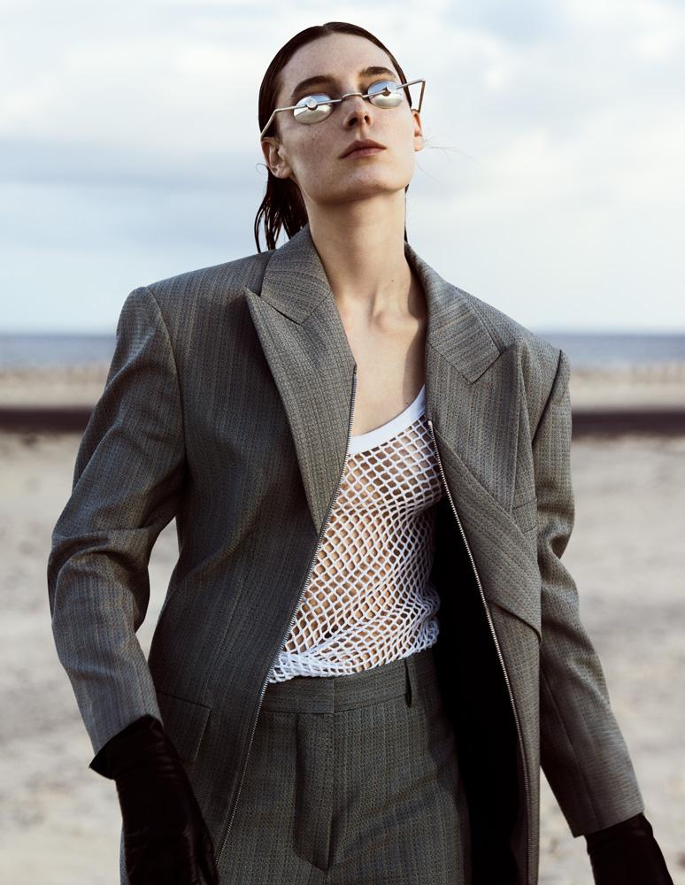 Veste et pantalon en laine et mohair,LOUIS VUITTON. Débardeur en coton résille, MM6 – MAISON MARGIELA. Lunettes,CRISTINA RAMOS ATELIER.Gants,SERMONETA GLOVES.