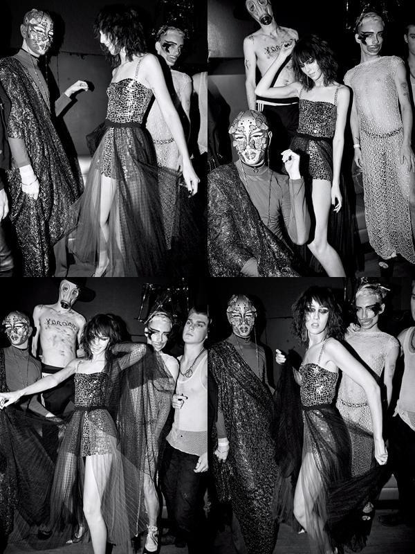 Robe en soie rebrodée de paillettes miroirs et jupe en tulle, DIOR. Boucles d'oreilles, NEW YORK VINTAGE.
