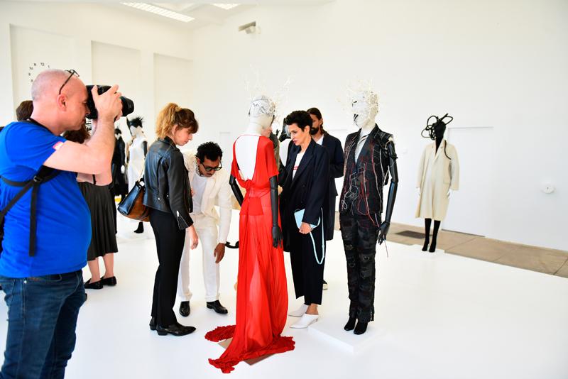L'exposition d'Haider Ackermann, président du jury mode, à la Villa Noailles. ici le créateur entouré de Lou Doillon et Farida Khelfa, membres du jury mode. © Jean Picon