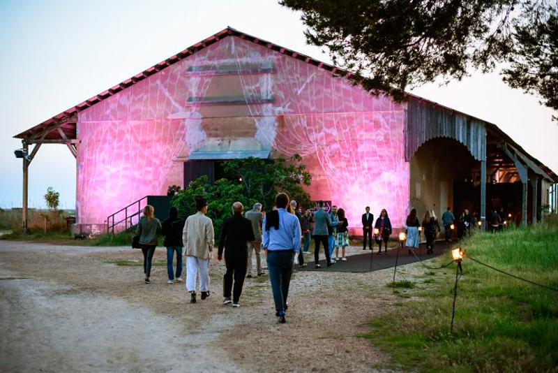 Le hangar des Salins des Pesquiers où sont organisés les défilés de mode des finalistes. © Jean Picon