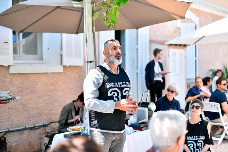 Jean-Pierre Blanc, président du Festival de Hyères en plein discours lors d'un brunch.© Jean Picon