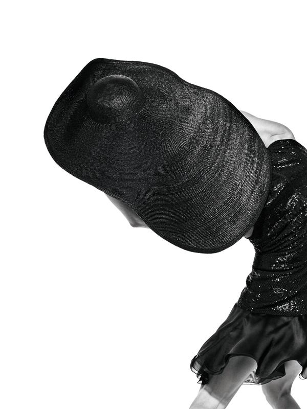 Robe en organza de soie brodé de paillettes et chapeau oversize, GIORGIO ARMANI.