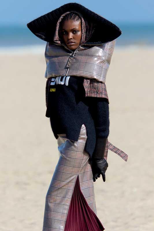 Cape en tartan prince-degalles laqué, pull en laine et jupe en tartan prince-degalles laqué et mousseline plissée, et gants, FENDI.