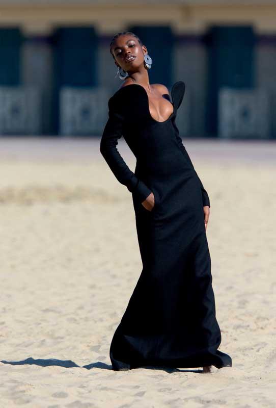 Robe colonne à décolleté arabesque en drap de laine, SAINT LAURENT PAR ANTHONY VACCARELLO. Boucles d'oreilles, MARNI.