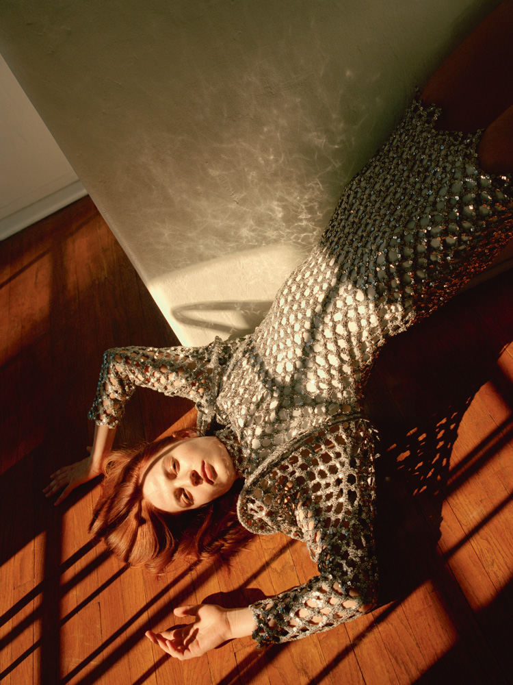 Robe en maille crochetée rebrodée de sequins, LOUIS VUITTON.