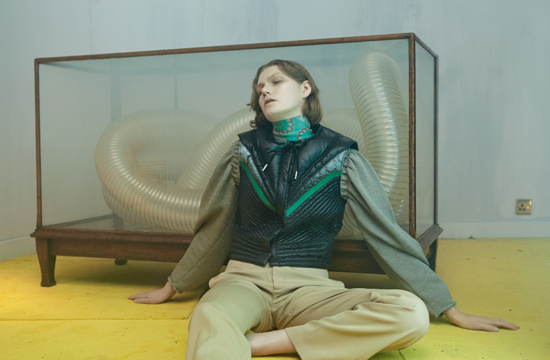 Blouson sans manches en Nylon matelassé, sous-pull à col roulé en coton et blouse en coton et soie, LOUIS VUITTON. Pantalon en gabardine de laine, CÉLINE.