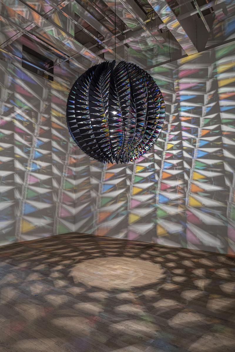 Vue de l'expositionIn Real Lifeà la Tate Modern, Londres, 2019 avec l'oeuvre : Olafur Eliasson,In Real Life(2019), Aluminium, filtre de verre(vert, jaune, orange, rouge, rose, cyan), lumière à LED, Diamètre : 208 cm.Courtesy de l'artiste, neugerriemschneider, Berlin, Tanya Bonakdar Gallery, New York/Los Angeles / © 2019Olafur Eliasson / Photo : Anders Sune Berg