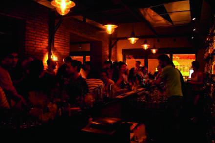 19h00 Drink latino au Pacifico   Dans une ambiance intimiste, on sirote ici un margarita, spécialité maison, accompagné d'acarajés, des croquettes de haricots servies avec des crevettes et des calamars sautés.   Monnot Street.