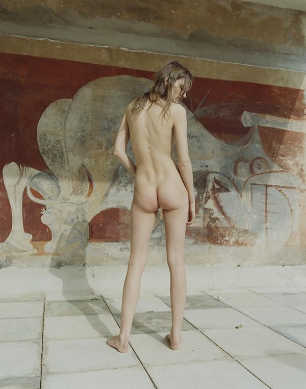 """Nudes curated by Julien Dossena"", l'ouvrage à l'érotisme effortless"