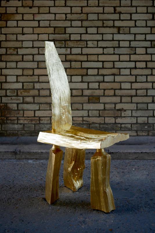 """""""Gold Cleft Chair"""",en châtaignier doré à la feuille 23,5 carats, pièce unique, design Max Lamb."""