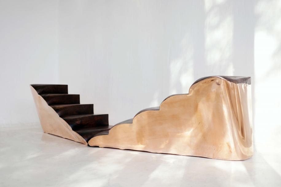 Copper (paire d'escaliers) de Valentin Loellmann,H 50 x L 120 x P 60 cm (chaque escalier), cuivre etnoyer, pièce unique. Sur le stand de la galerie Gosserez.