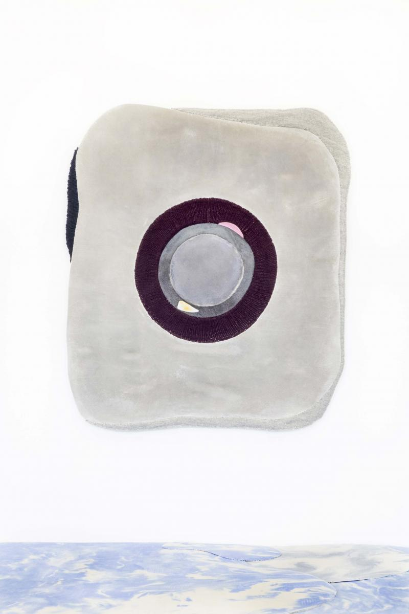 Concrete n°9de Studio Marei Rei,L 165 x P 140 x H 1 cm. Béton sur textile, laine nouée à la main. Sur le stand de la galerie Gosserez