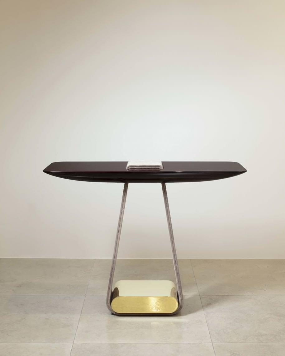 Hervé Van der Straeten, Console Ruban n°518, plateau en bois subtil, croûte de cuir veau velours couleur Nabab et laiton poli miroir. L 110 x l 42 x H 83,5 cm - 20 kg. Édition de 40.
