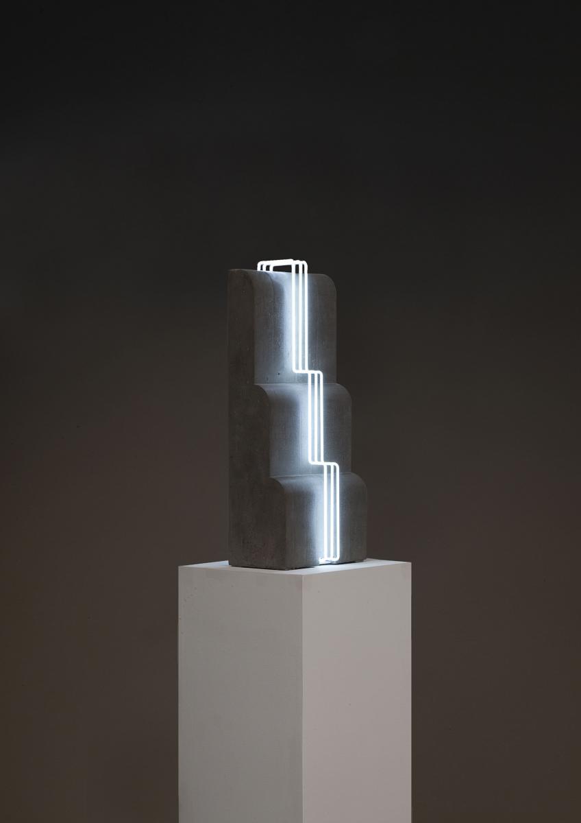 Open Space 2 (Cascade) [2016] deMorgane Tschiember. Béton et accessoires lumineux, 74 x 30 x 22 cm, édition limitée de8 + 4 AP.