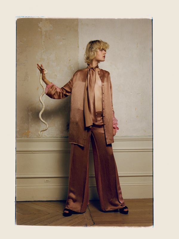Silk shirt and pants, VALENTINO. Sandales, STUART WEITZMAN.