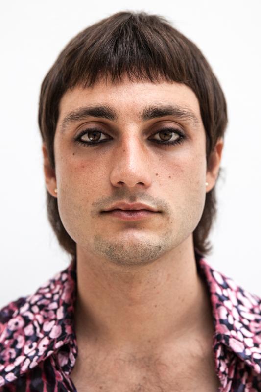 Anatole Serret, percussionniste du groupe Parcels porte une chemise Neith Nyer.