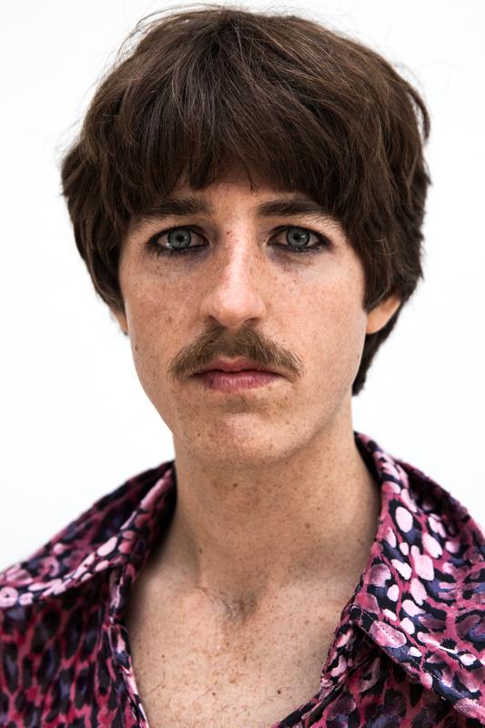 Jules Crommelin, chanteur et guitaristedu groupe Parcels photographié par Mehdi Mendas.