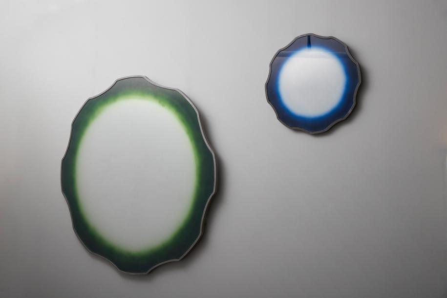 """Les miroirs """"Acamas"""" (2018).Acier, peintureverteet oxydationsous verre.DesignNicolas et Sebastien Reese, Galerie Carole Decombe."""