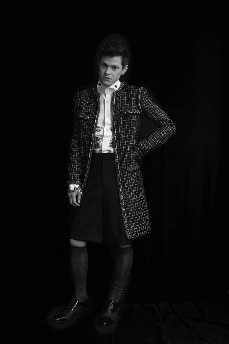 Chemise et shortGUCCI, manteau CHANEL, chaussettesFALKE, chaussuresCHRISTIAN LOUBOUTIN.