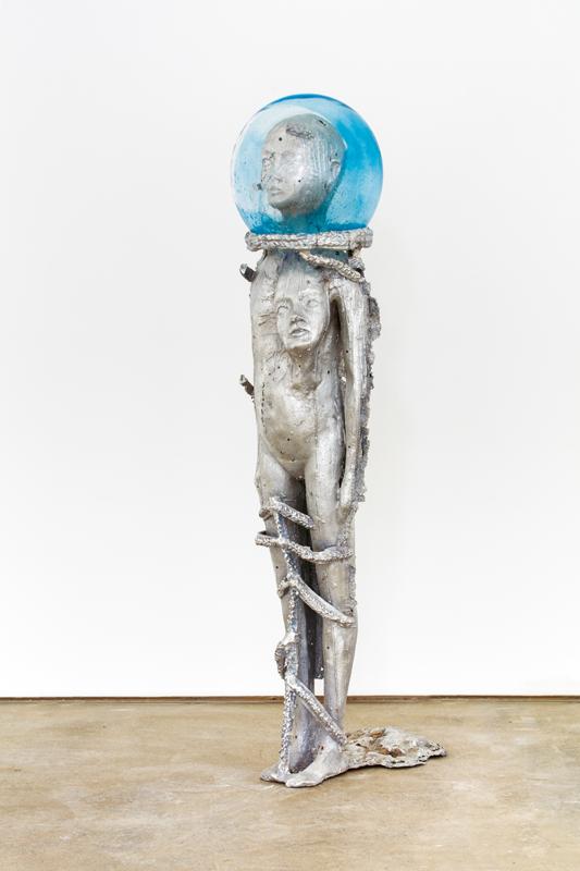 Nude in the Rye 3 (2016) de Jean-Marie Appriou. Fonte d'aluminium et verresoufflé, 114,3 x 28 x 38 cm.