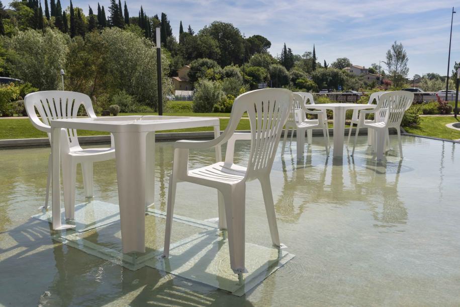 """""""Terrasse"""", 2013. Résine polyester, acier inoxydable. Tables : 150 x 200 x 200 cm ; Chaises : 196 x 125 x 115 cm. Courtesy Galerie Lange+Pult. Images : Florian Kleinefenn"""