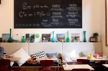 Dîner cosy  Un restaurant installé dans un ancien magasin de partitions de musique où l'on se sent comme à la maison. Chez Prélude, on commande, confortablement assis sur des coussins, de délicieux bentos japonais revisités à la sauce bruxelloise. Dès les beaux jours, sa terrasse est prise d'assaut.  Rue Antoine Bréart 82, 1060 Saint-Gilles,Bruxelles, www.leprelude.be