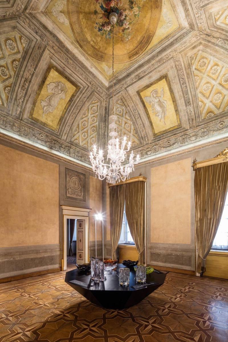 Lasvit a également rénové les chandeliers de cristal de l'époque napoléonienne du Palazzo Serbelloni.  Ces lustres furent fabriqués en cristal de Bohême à la fin du XVIIIe siècle. Leur origine reste floue en raison de l'incendie qui a ravagé les archives du palazzo pendant la Seconde Guerre mondiale.Les deux lustres se situent dans un grand hall renommé Sala Napoleonica ou Sala Bonaparte, historiquement dédié à la danse et à la musique. Une autre paire de plus petite échelle se trouve dans la petite Sala Gian Galeazzo.Ces quatre chandeliers sont constitués de quarante composantes, chacune constituée plus de 1 000 éléments différents. Leur rénovation exige une combinaison de trois techniques de fabrication de verre comprenant la production et le remplacement des garnitures en cristal taillé, de composantes en verre soufflé et taillé ainsi quela fusion et la découpe d'attaches en verre. L'objectif est bien entendu de préserver autant que possible le lustre d'origine dans le respect du caractère original de l'œuvre. Les composantes de cristal originales des lustres ont donc été démontées et expédiés en République tchèque, où ils ont probablement vu le jour à la fin des années 1700, nouant ainsi la boucle d'un processus historique et créatif.