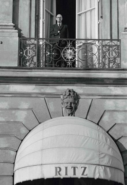 Charles Ritz, fils du fondateur de l'hôtel, sur l'un des balcons de la façade, en 1973. Il est alors président de l'établissement. CourtesyRobert Doisneau/Gamma-Rapho/Getty Images.