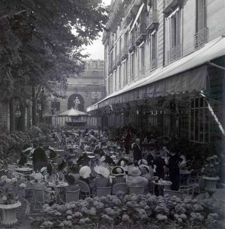 La terrasse Vendôme a, de tout temps, attiré les élégantes. CourtesyRitz Paris.