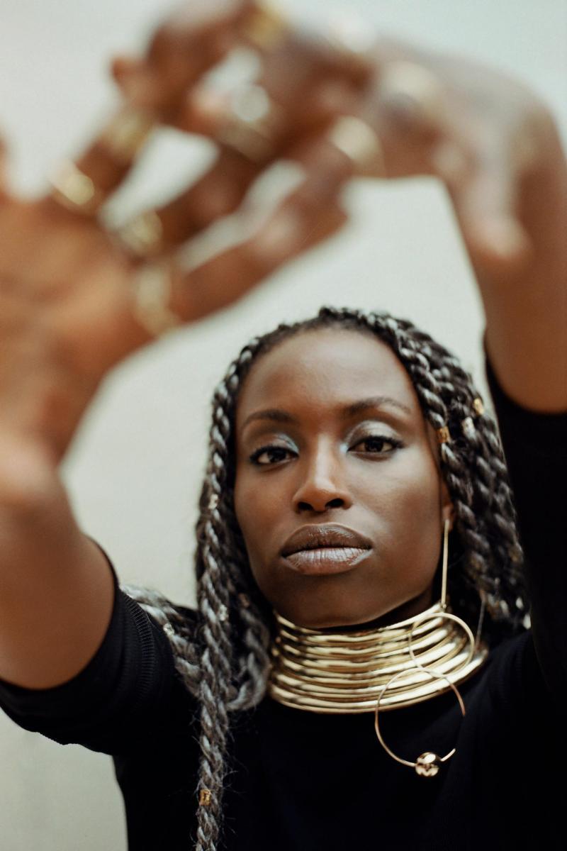 """C'est avec le groupe Rocky, formé en 2011 avec Laurent Paingault, Tom Devos et Olivier Bruggeman et révélé en 2013 avec un premier EP au groove irrésistible, qu'Inès Kokou prend son envol. Originaire d'Asnières, elle n'a rien d'une enfant de la balle. """"Ma mère écoutait plutôt Adamo et Nana Mouskouri, s'amuse-t-elle. Quant à mon père, je suis récemment aller le voir au Togo... il était très fierde ses DVD de boys bands obscurs."""" L'apprentissage se fait seul, dans sa chambre, à enregistrer des mélodies sur dictaphone et à remplir des classeurs de paroles. Au lycée, elle s'essaie à la """"folk mignonne"""" avec un ami. """"Un carnage"""", glisse-t-elle. Puis c'est le déménagement à Lille pour la prépa, et la rencontre avec le trio du groupe TV Glory. À quatre, ils vont former Rocky...    """"A l'époque, ma culture musicale, c'était la radio des années 90: le rap et le R'n'B US. 2Pac, Eminem et 50 cents ont formé la B.O. de mon adolescence."""""""