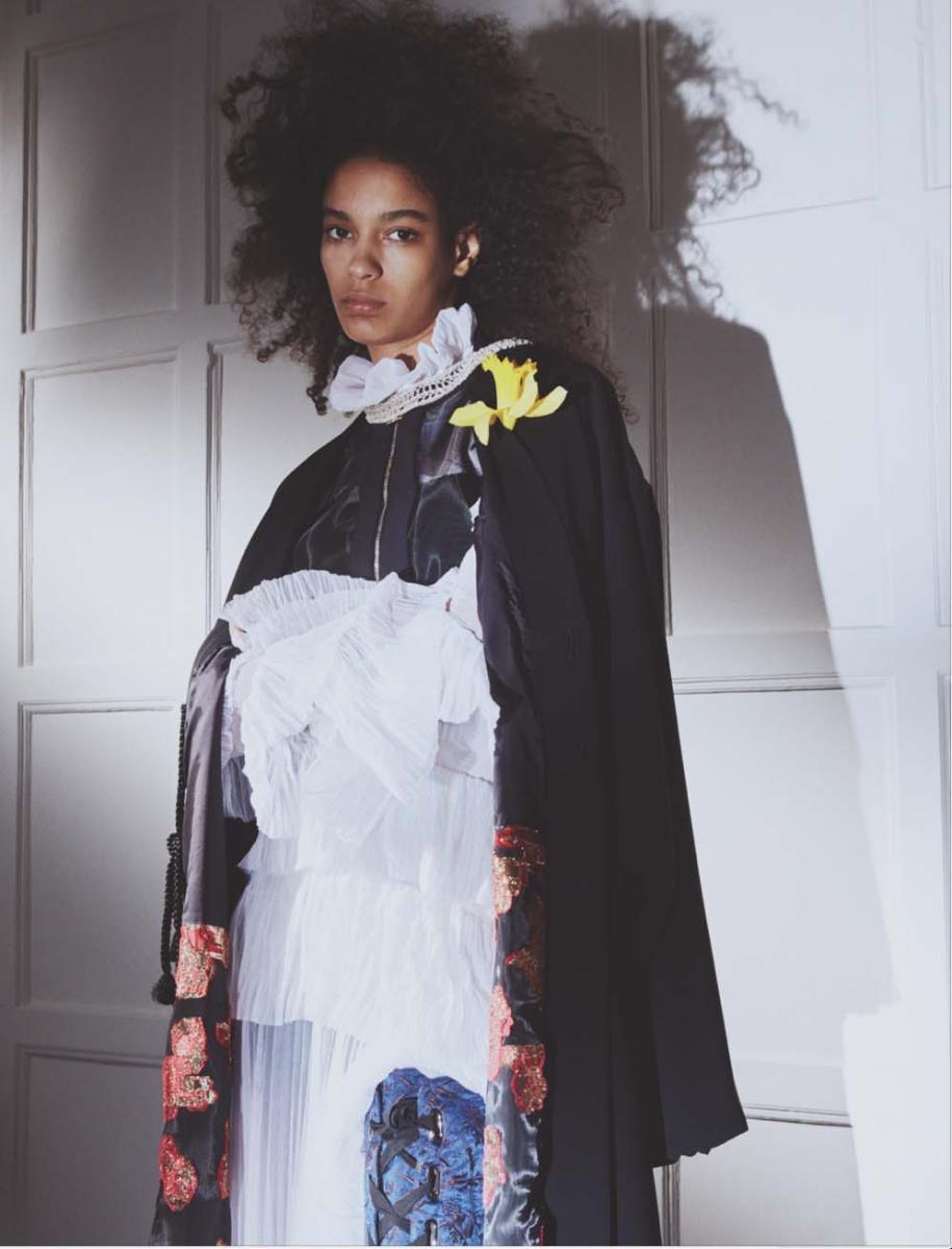Haut zippé en tulle, ELISABETTA FRANCHI. Kimono en soie brodée de fleurs, RYNSHU. Robe plissée en polyester, OFF‐WHITE C/O VIRGIL ABLOH. Cuissardes, ELLERY. Collier drapé, ARIELLE DE PINTO