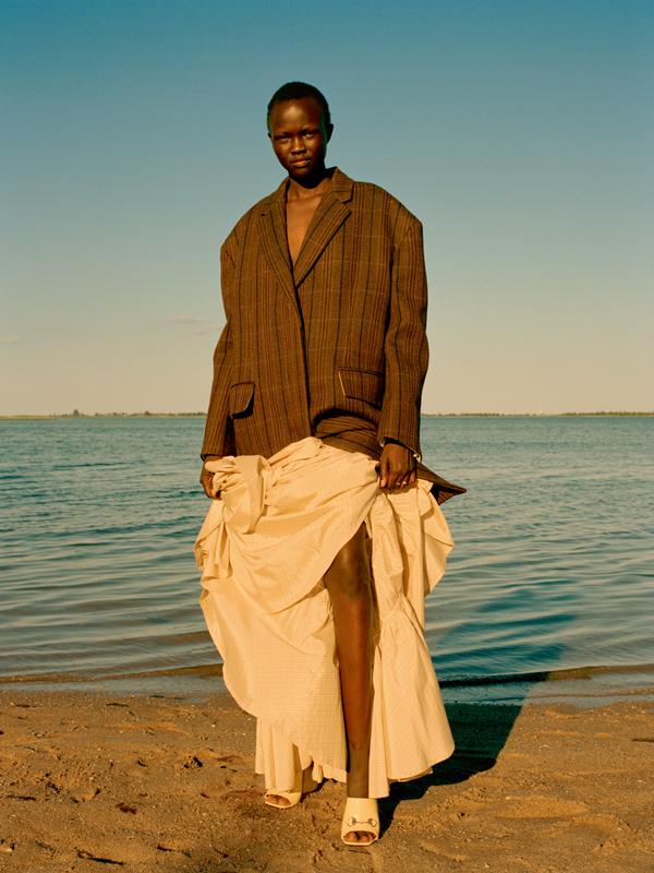 Manteau en laine prince-degalles et jupe en taffetas de soie, CALVIN KLEIN 205W39NYC.Chaussures, GUCCI.