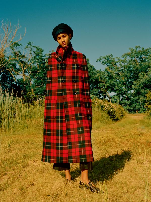 Cape en laine à carreauxécossais et pantalon, MICHAEL KORS COLLECTION. Casquette, collier et chaussures, DIOR.