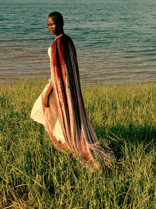 Cape en soie à franges et robe bustier en tulle drapé, ALEXANDER MCQUEEN.
