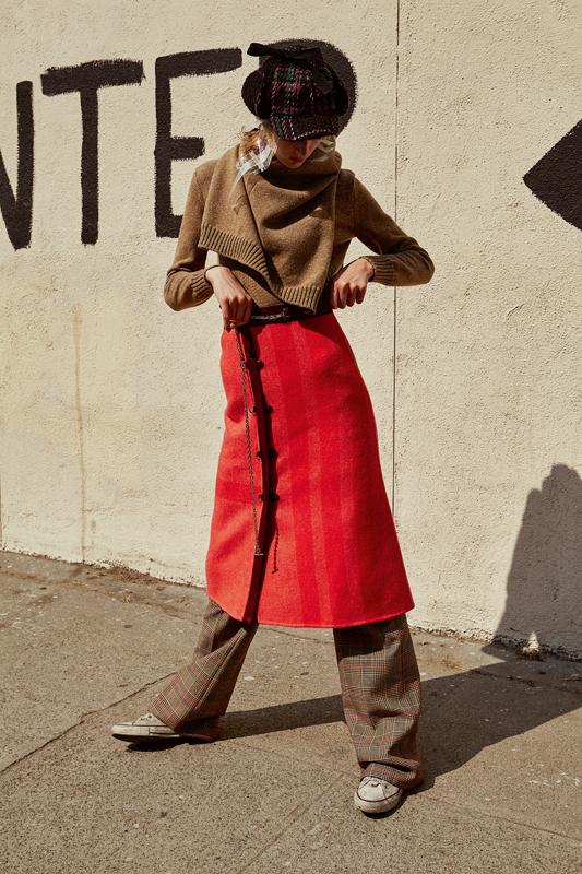Robe-pull en cachemire et jupe portefeuille en laine et cachemire, HERMÈS. Pantalon en laine prince-de-galles, DRIES VAN NOTEN. Bob, LACOSTE.