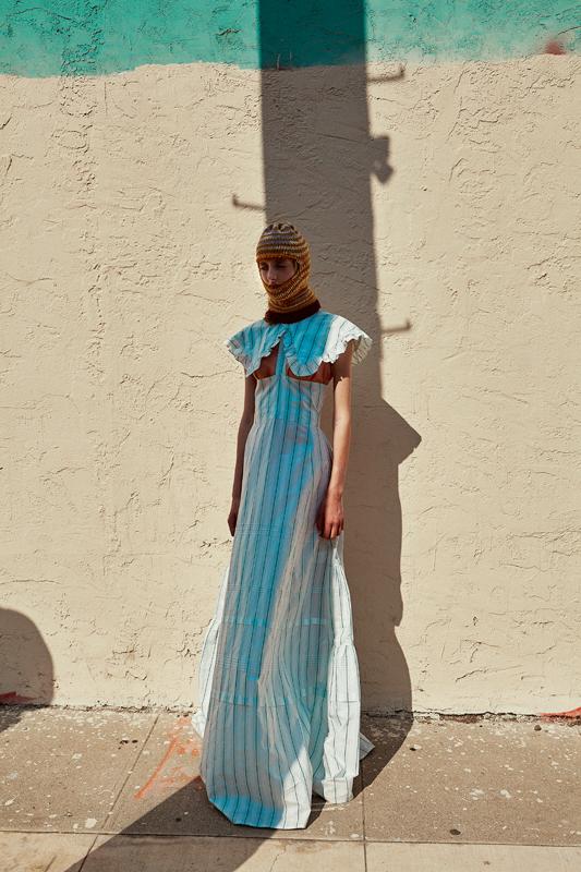 Robe en soie à découpes et cagoule en laine, CALVIN KLEIN 205W39NYC.